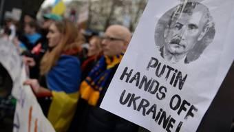 Demonstration gegen Putins Politik in der Ukraine vor der russischen Botschaft in Berlin.
