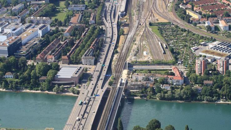 Auf der Osttangente staut es täglich. Sie soll mit dem Projekt Rheintunnel unter der Erde verschwinden. Auf dem Bild sieht man den Autobahnabschnitt, der mitten durch die Stadt verläuft. Oben ist der Badischen Bahnhof, unten die Schwarzwaldbrücke.