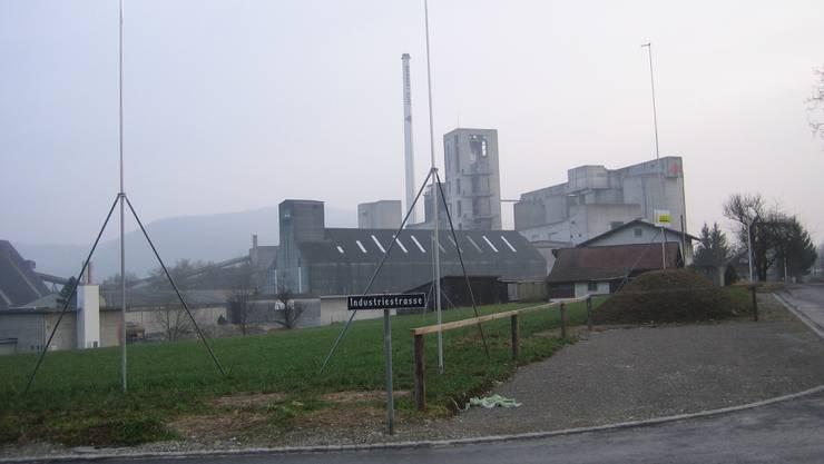 Der Neubau der Swisstherm AG entsteht neben der Bahnlinie Aarau–Wildegg im Hard. Hanny Dorer