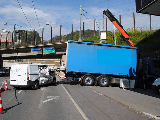 A 72-year-old driver of a van collided with a parked truck in Neuhausen am Rheinfall. The man remained unharmed, his vehicle was totally damaged by the impact of the collision.