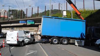 Glück im Unglück: Ein 72-jähriger Lieferwagenfahrer prallte in die heruntergekippte Laderampe eines Lastwagens - sein Gefährt erlitt zwar Totalschaden, er blieb aber unverletzt.