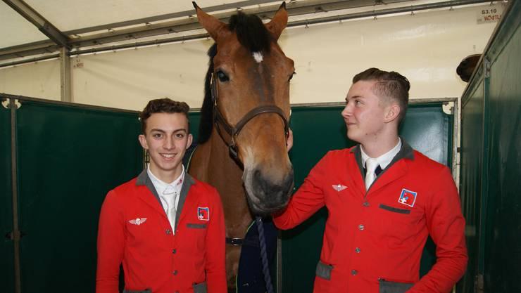 Henri (links) und Lucas Sturzenegger mit Pferd Espoir.