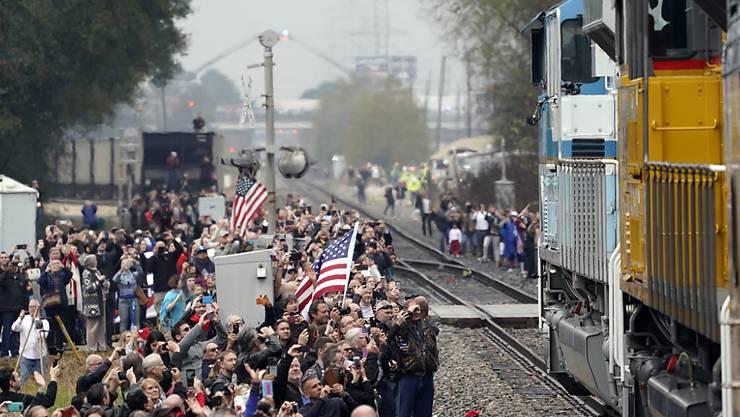 Zahlreiche Menschen säumten die Strecke des Zuges, mit dem der unlängst verstorbene US-Präsident Bush senior am Donnerstag an seine letzte Ruhestätte transportiert wurde.