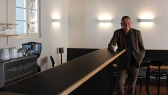 Peter-Jakob Kelting freut sich über die neue Bar. Im Foyer des Theaters Tuchlaube finden nun rund 30 Gäste einen Sitzplatz.