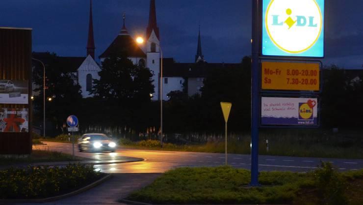 Beim Lidl gefährdete der Fahrer mit seiner Fahrweise zwei Polizisten und schleuderte ins angrenzende Wiesland. (Archiv)