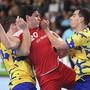 Noch ist nicht sicher, ob die Schweizer Handball-Nationalmannschaft - im Bild Luka Maros zwischen zwei Bosniern - zu den WM-Playoffs antreten darf