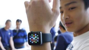 Kunde testet Smartwatch in einem Apple Store in Hong Kong