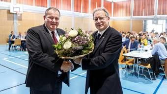 Der alte und der neue Präsident: Kuno Tschumi (r.) gratuliert seinem Nachfolger Roger Siegenthaler zur Wahl.