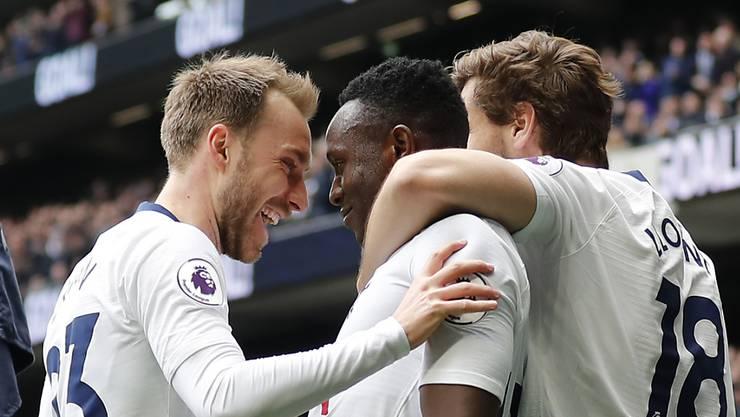 Tottenhams Kenianer Victor Wanyama (Mitte) wird für sein Tor zum 1:0 beglückwünscht