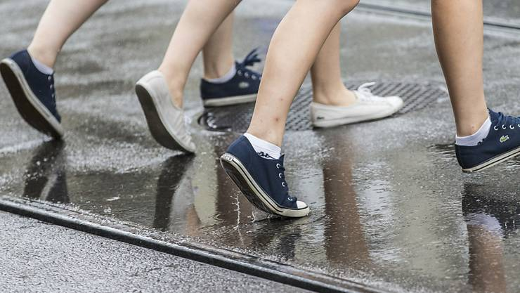 Mikroplastik gelangt auch durch Schuhabrieb in die Umwelt. (Archivbild)