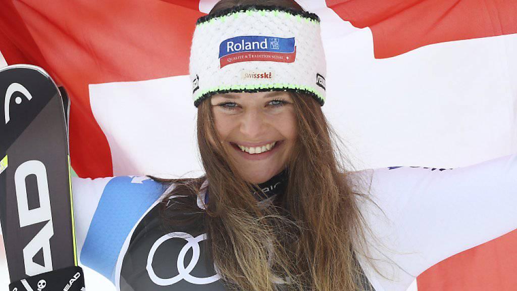 Corinne Suter zeigt Flagge