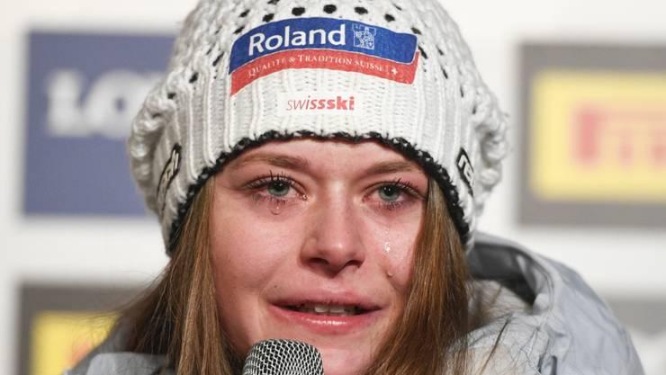 Selbst noch an der Pressekonferenz fliessen bei Corinne Suter die Tränen des Glücks