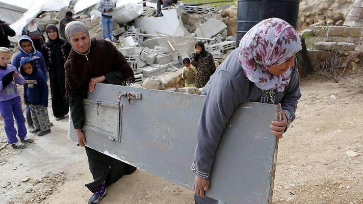 Palästinenserinnen retten einige Habseligkeiten nachdem die israelische Armee ihr Haus in einem Dorf südlich von Hebron zerstörte. (Bild vom 2. Februar 2016)