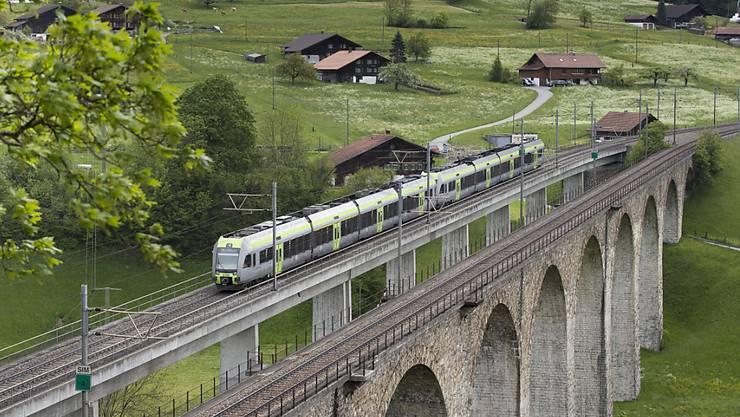 Der über 100-jährige Kanderviadukt mit seinen schönen Rundbögen wird für eine Sanierung komplett eingerüstet. Der Bahnverkehr rollt dann mehrere Wochen nur über den neuen, danebenstehenden Betonviadukt.