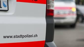 In Zürich sind drei junge Männer festgenommen worden. Sie stehen im Verdacht, zwei Brandsätze gegen das Türkische Generalkonsulat geworfen zu haben. (Themenbild)
