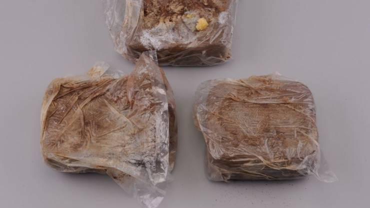 Diese Drogenpakete mit insgesamt 1,5 Kilo Heroin fanden Grenzwächter bei der Kontrolle eines serbischen Reisecars am 7. Frbuar 2019 in Diepoldsau SG.