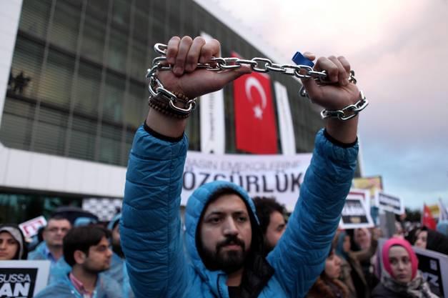 Die Zeitung, die der Bewegung des Predigers Fethullah Gülen nahesteht, war unter die Aufsicht einer staatlichen Treuhandverwaltung gestellt worden