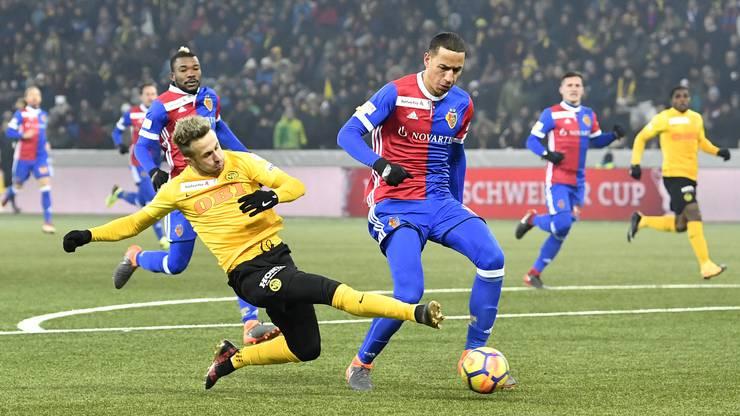 YB's Miralem Sulejmani kämpft um dem Ball gegen Basels Leo Lacroix.