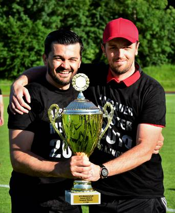 Das stolze Trainerduo Duvnjak (links) und Kovacevic präsentiert den Pokal.