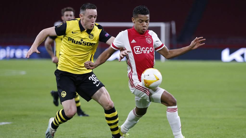 Silvan Hefti von den Young Boys und David Neres von Ajax im Europa-League-Spiel vom 11. März.