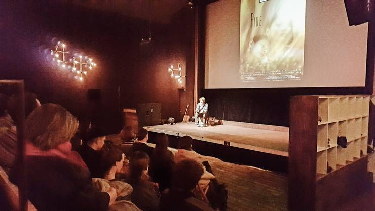 Religionswissenschaftlerin Caroline Widmer hält bei der Vorführung des Films «Fire» ein Referat.