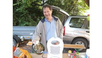 Kurt Amsler, Hobbyfischer aus Schupfart, präsentiert frittierte Grundeln.