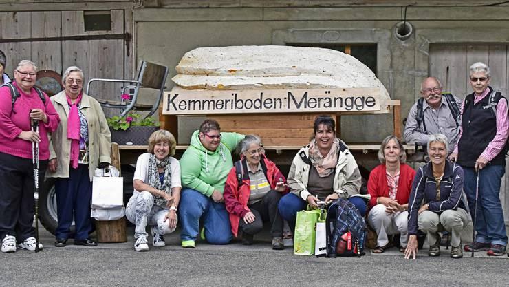 Samariter bei Meringue-Modell vor Kemmeriboden-Bad.