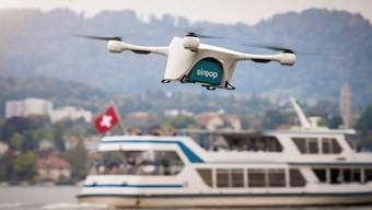 Eine Postdrohne transportiert Laborproben über den Zürichsee. Ausgewählte Drohnenbetreiber in der Schweiz können in einem Testversuch eine automatisierte und manuelle Fluggenehmigung für den Flug in zwei von Skyguide kontrollierten Lufträumen in Lugano und im Kanton Genf anfordern.