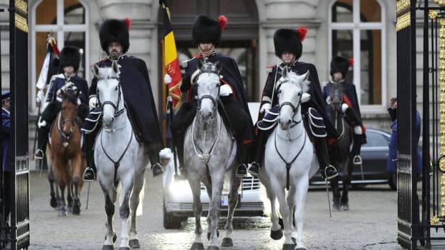 Der Trauerzug mit dem Sarg der verstorbenen Monarchin Fabiola