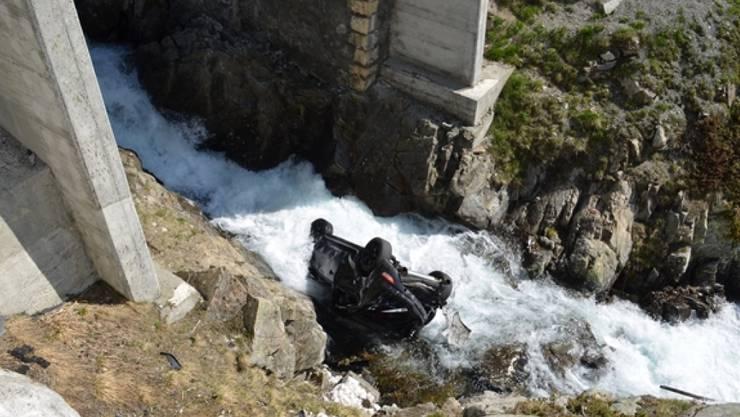 Das Auto blieb im Bach oberhalb eines Wasserfalls liegen.