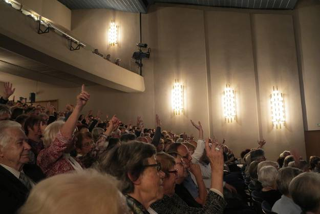"""""""Wer glaubt an Gott?"""" oder """"Wer war schon einmal in Griechenland?""""Auch dem Publikum wurde während der Aufführung Fragen gestellt."""