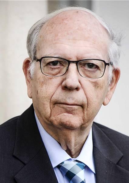 Der Israeli wurde 1934 geboren. Er ist einer der gefragtesten Sicherheitsexperten Israels. Während dreier Jahrzehnte arbeitete er für den Mossad, den er während vier Jahren bis 2002 leitete. Der studierte Jurist hatte mehrere Spitzenpositionen inne:Er war Chef des Nationalen Sicherheitsrates, Botschafter bei der EU in Brüssel und massgeblich am Friedensvertrag mit Jordanien beteiligt.