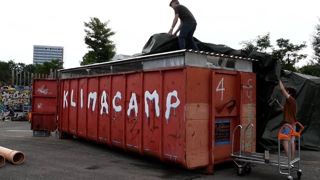 Klima-Aktivisten bauen Zeltlager auf Hardturm-Brache auf