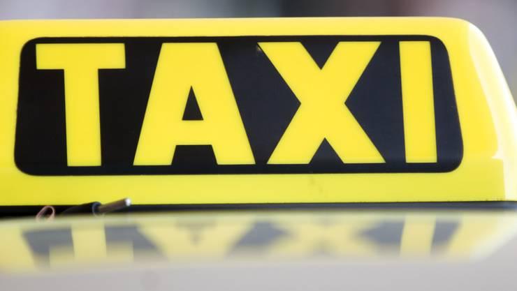 Ein Luzerner Taxifahrer soll sechs Jahre ins Gefängnis, nachdem er sich an Kundinnen sexuell vergangen hat. (Symbolbild)