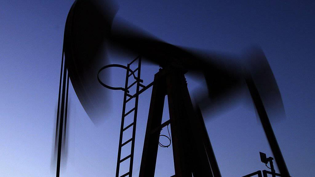 Eine Öl-Pumpe - der IS generiert 43 Prozent seiner Einnahmen aus dem Ölhandel, ein noch grösserer Teil der Einnahmen stammt von Steuern. (Symbolbild)