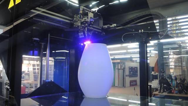 Der 3D-Drucker druckt eine Flasche – und weitere Beispiele aus der Produktion des Spreitenbacher Start-ups «Decom 3D Plus».
