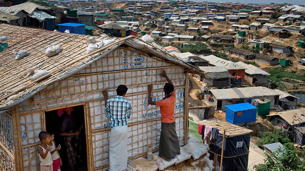 Rohingya-Flüchtlinge bereiten sich in Bangladesch auf die bevorstehende Monsun-Zeit vor. (Archivbild)