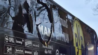 Blick auf den beschädigten Mannschaftsbus von Borussia Dortmund. Beim Anschlag wurden der Dortmunder Fussballer Marc Bartra und ein Polizist verletzt.