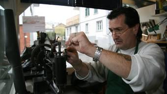 Serge bereitet die Nähmaschine zur Reparatur der Naht eines Stiefels vor.  (PMN)