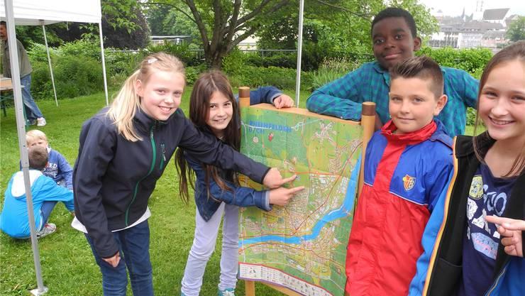 Die Rheinfelder Schüler zeigen auf dem Kinderstadtplan, wo es langgeht. sbö