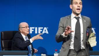Eklat an Fifa-Pressekonferenz: Der britische Komiker Simon Brodkin lässt es Spielgeld regnen.