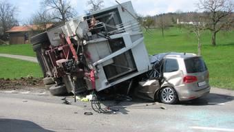 Freienwil: Anhänger der Günabfuhr kippt auf Auto