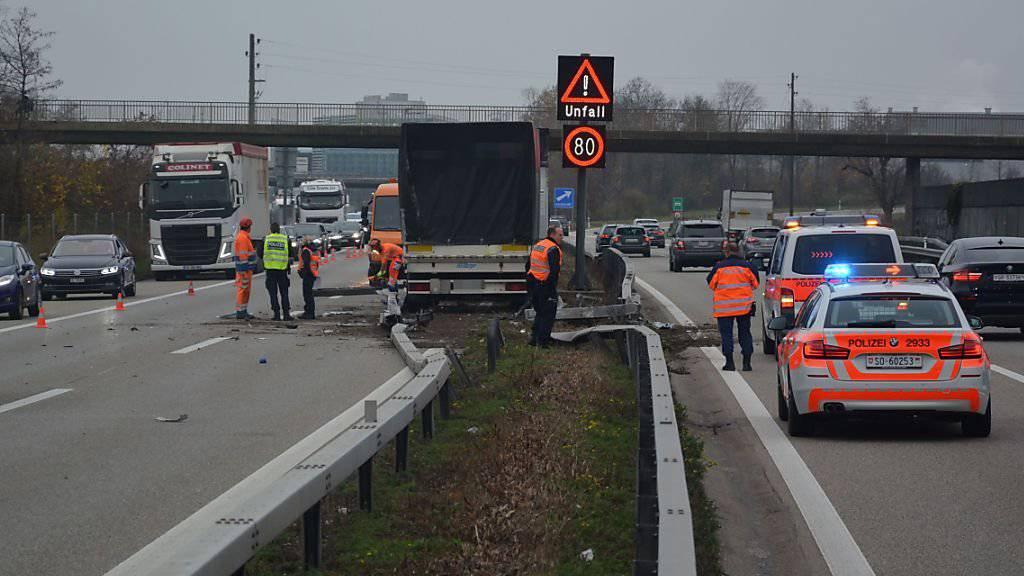 Ein Lastwagen mit Anhänger durchbrach in Oensingen SO die Mittelleitplanken der A1 und kam auf der Überholspur der Gegenfahrbahn zum stehen.