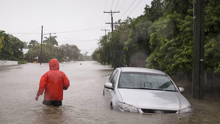 Ein Auto steckt in Australien im Hochwasser fest - wie jenes von vier Touristen, die mit einem Helikopter gerettet werden mussten. (Symbolbild)
