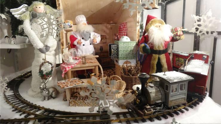 Das Adventsfenster Nr. 6 in Möhlin mit dem Weihnachts-Zug und der Samichlaus-Backstube. chr