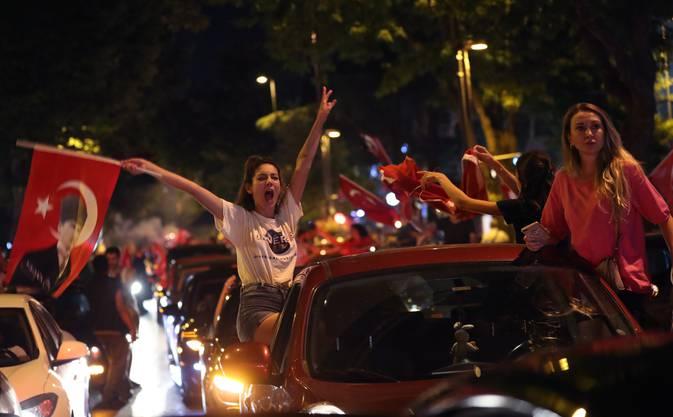 Türkinnen in Istanbul im Freudentaumel.