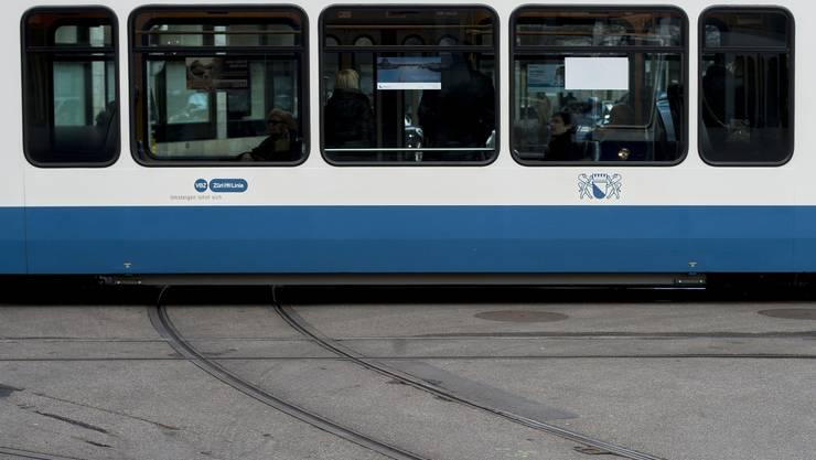 Erste Ergebnisse der Ermittlungen weisen darauf hin, dass die 29-jährige nicht aus dem Tram gestossen worden war. (Symbolbild)