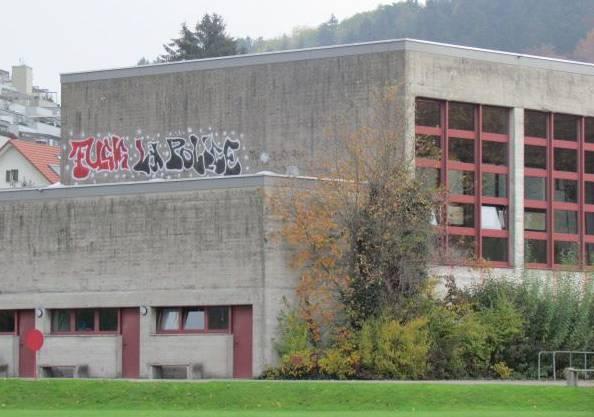 Unbekannte Vandalen versprayten das Schulhaus von Unterkulm