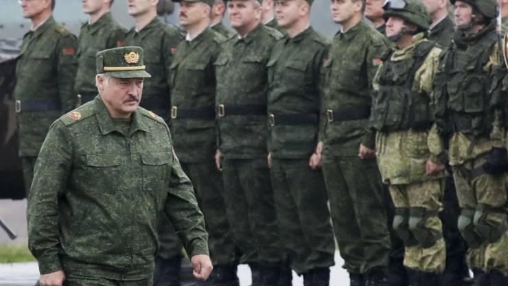 Weissrusslands Machthaber  Lukaschenko auf Truppenbesuch