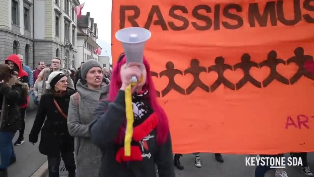 "Bunte Demonstration gegen Schwyzer ""Ku-Klux-Klan""-Gruppe"